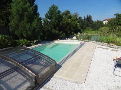 Moderný keramický bazén a prestrešenie.
