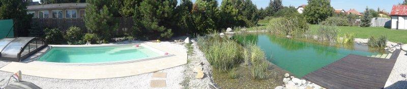 Moderný keramický bazéna a prírodné kúpacie jazierko