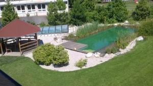 Kúpacie jazierko a bazén na jednom mieste.