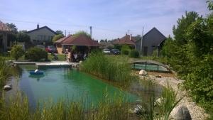 Kúpacie jazierko a bazén s prestrešením
