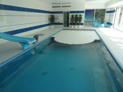 Beltéri medence a vegyszermentes AquaDiamante vizkezeléssel.