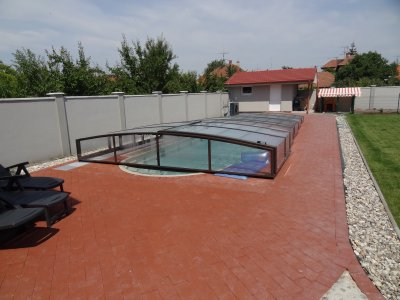 Bazén s AquaDiamante úpravou vody s nízkým zastřešením
