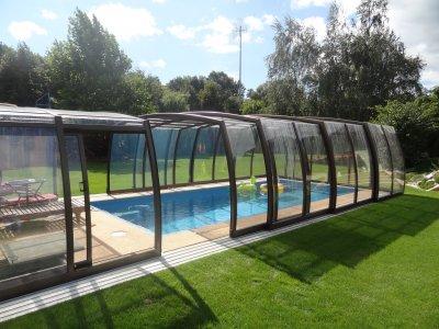 Venkovní bazén s AquaDiamante úpravou vody a vysokým zastřešením